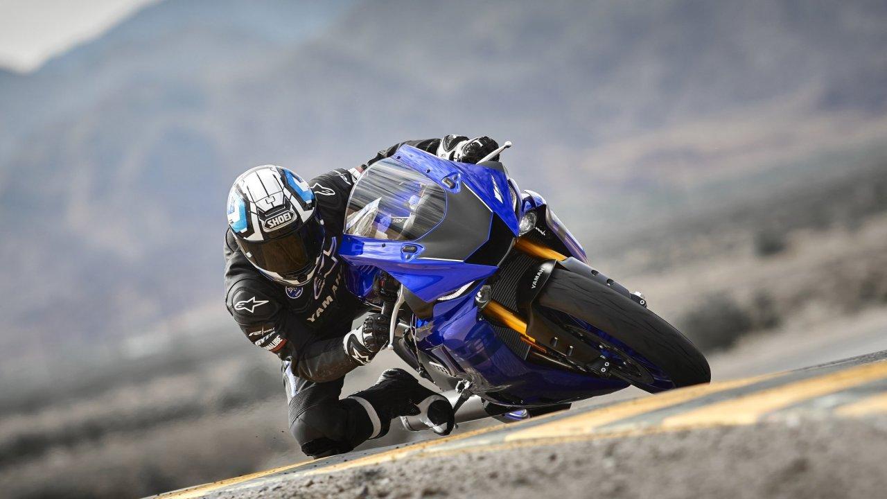 2018-Yamaha-YZF600R6-EU-Yamaha_Blue-Action-002-03.jpg